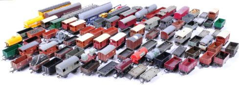 MODEL RAILWAYS - LARGE COLLECTION OF 00 GAUGE WAGONS