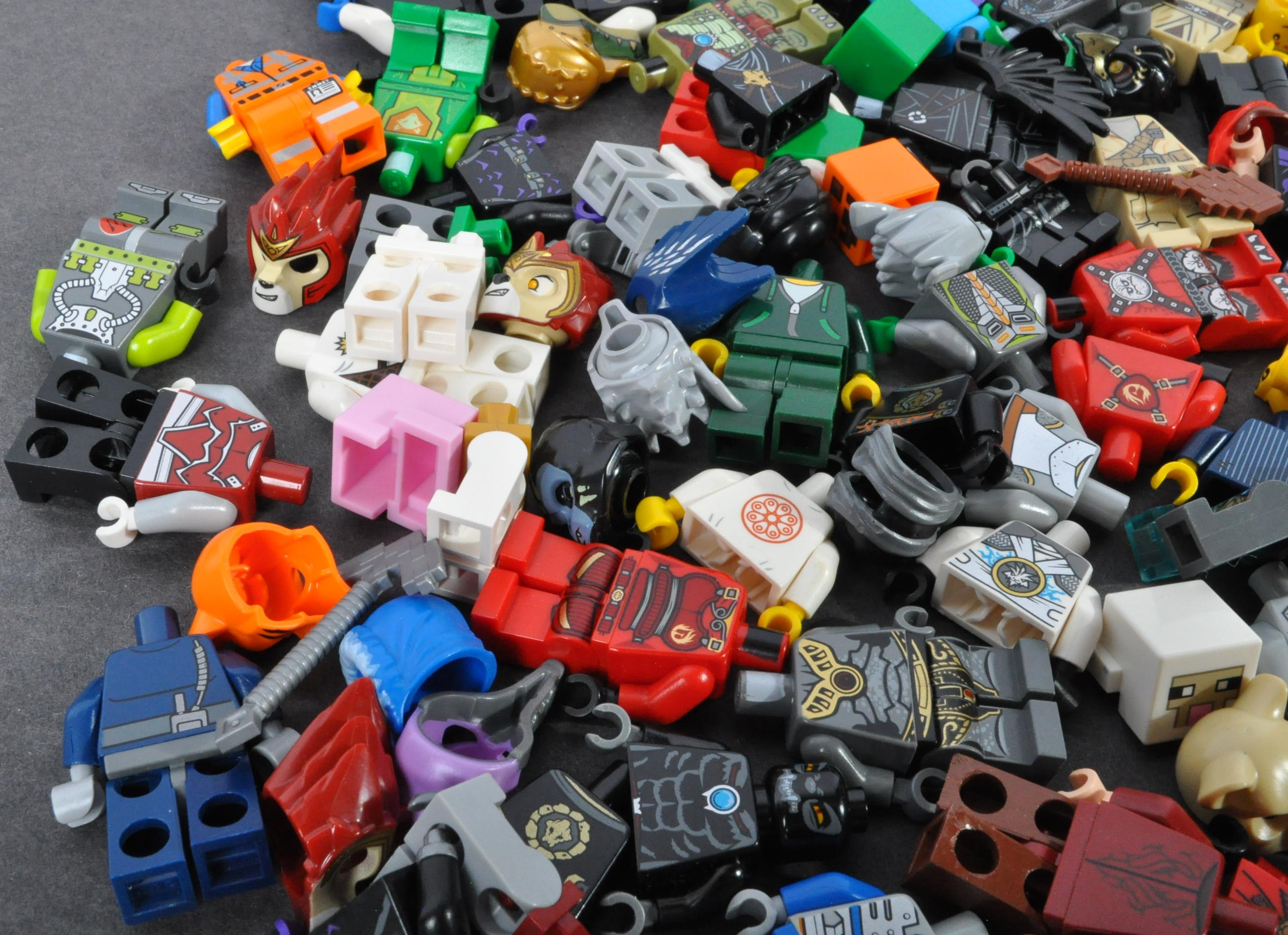 LEGO MINIFIGURES - COLLECTION OF ASSORTED LEGO MINIFIGURE PARTS - Image 3 of 5