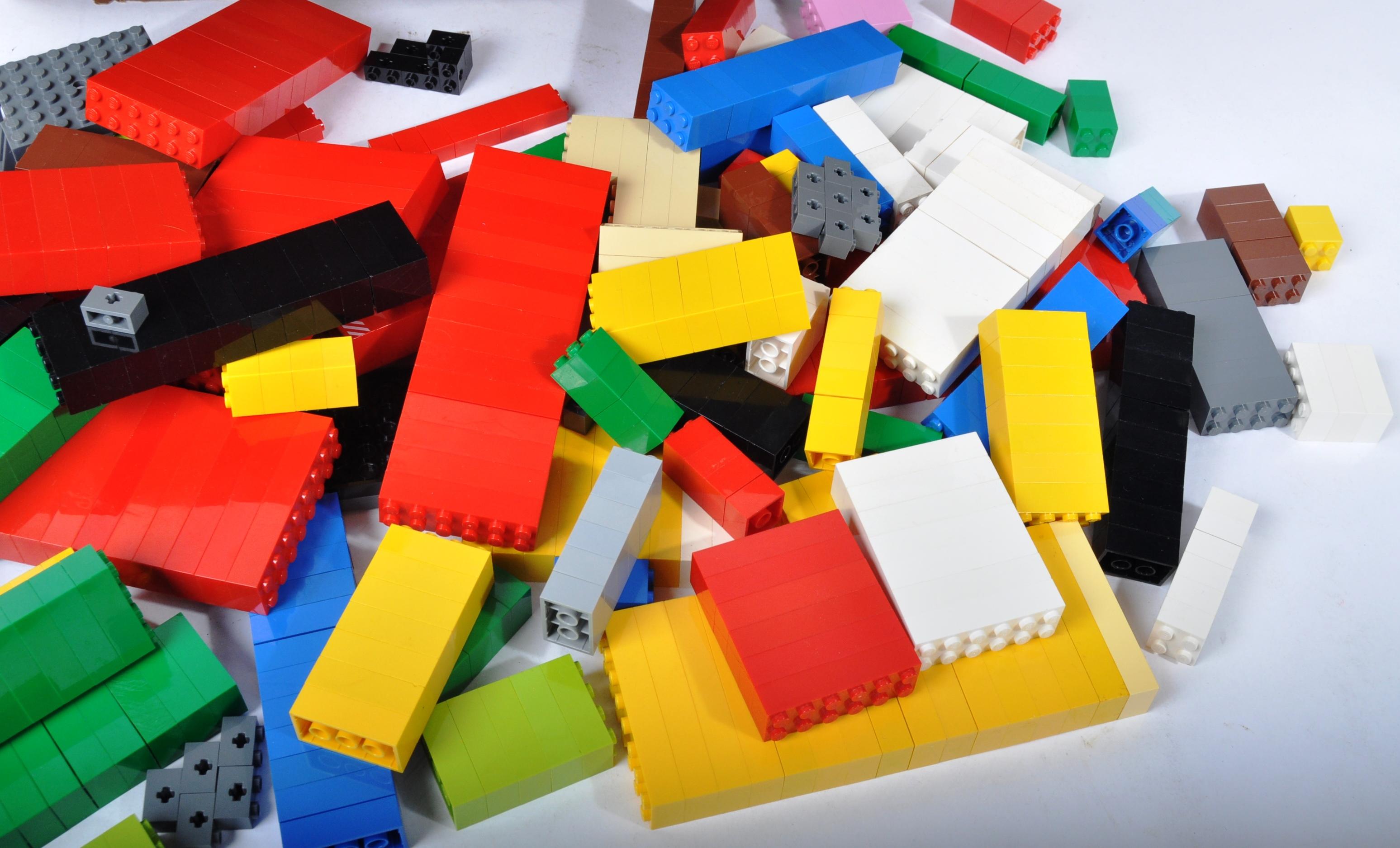 LARGE ASSORTMENT OF LOOSE LEGO BRICKS - Image 3 of 4