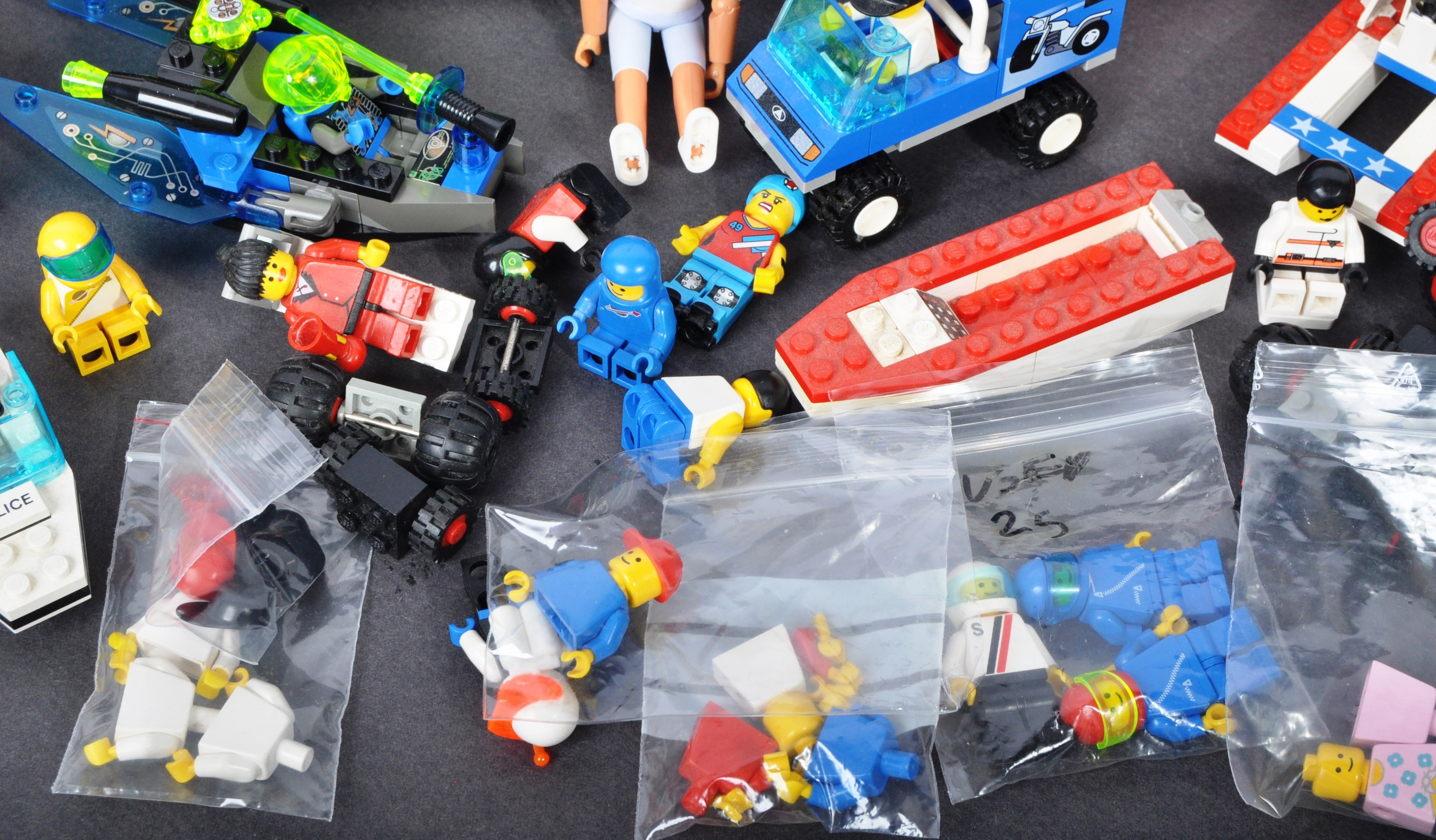 COLLECTION OF ASSORTED VINTAGE MINI LEGO SETS & MINIFIGURES - Image 8 of 10
