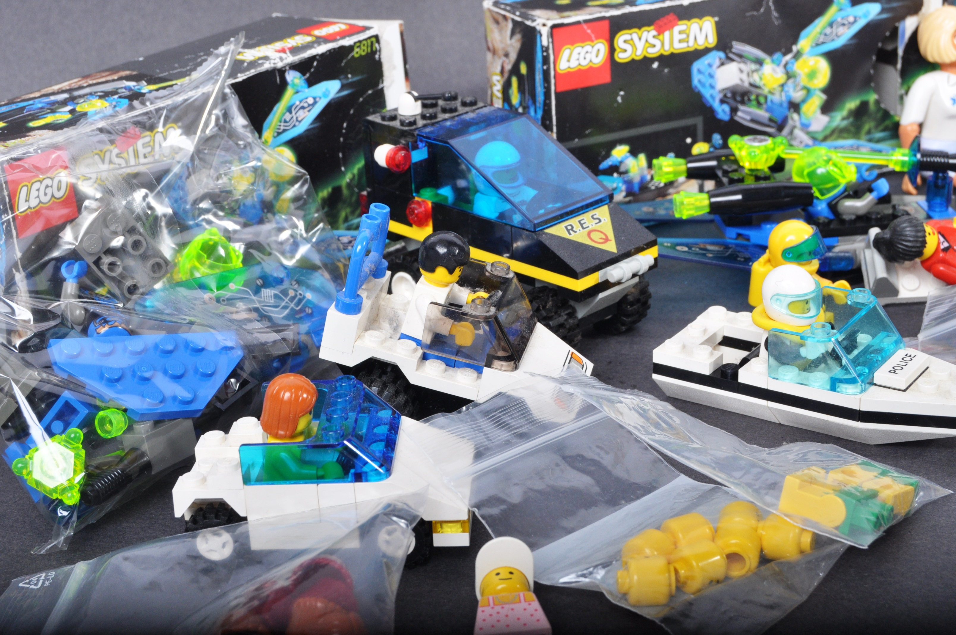 COLLECTION OF ASSORTED VINTAGE MINI LEGO SETS & MINIFIGURES - Image 3 of 10