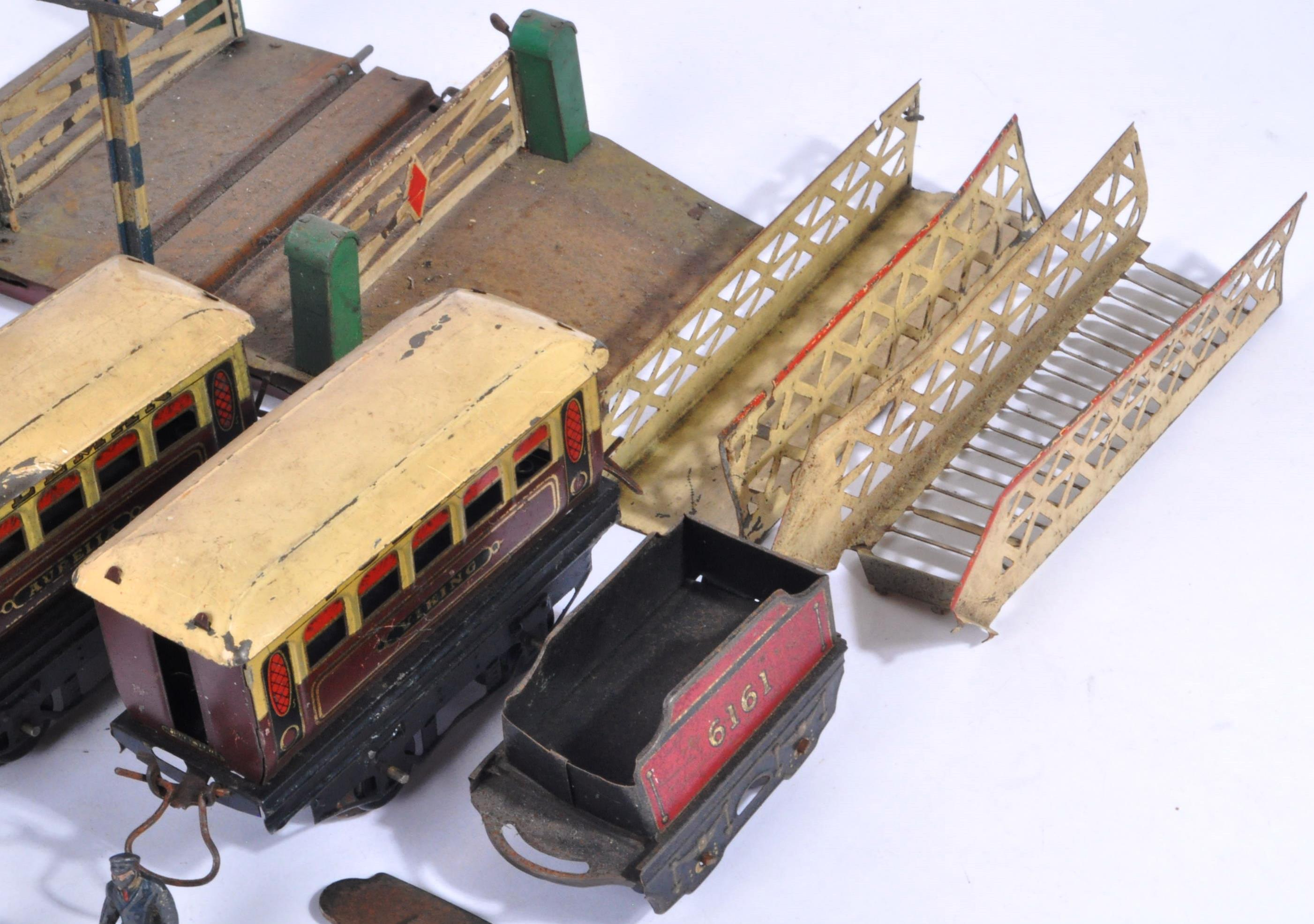 COLLECTION OF ASSORTED VINTAGE O GAUGE MODEL RAILWAY ITEMS - Image 7 of 8