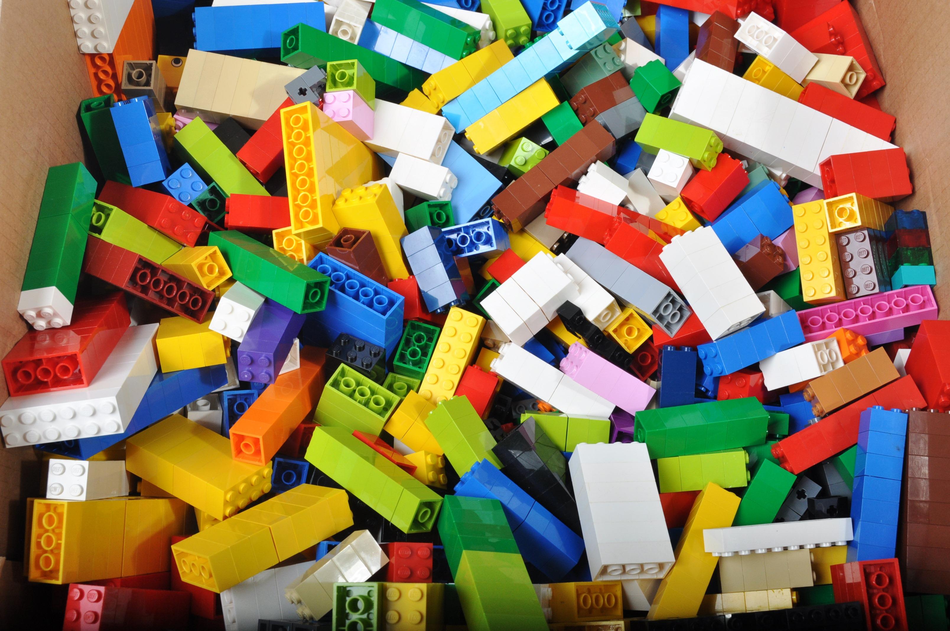 LARGE ASSORTMENT OF LOOSE LEGO BRICKS - Image 2 of 4
