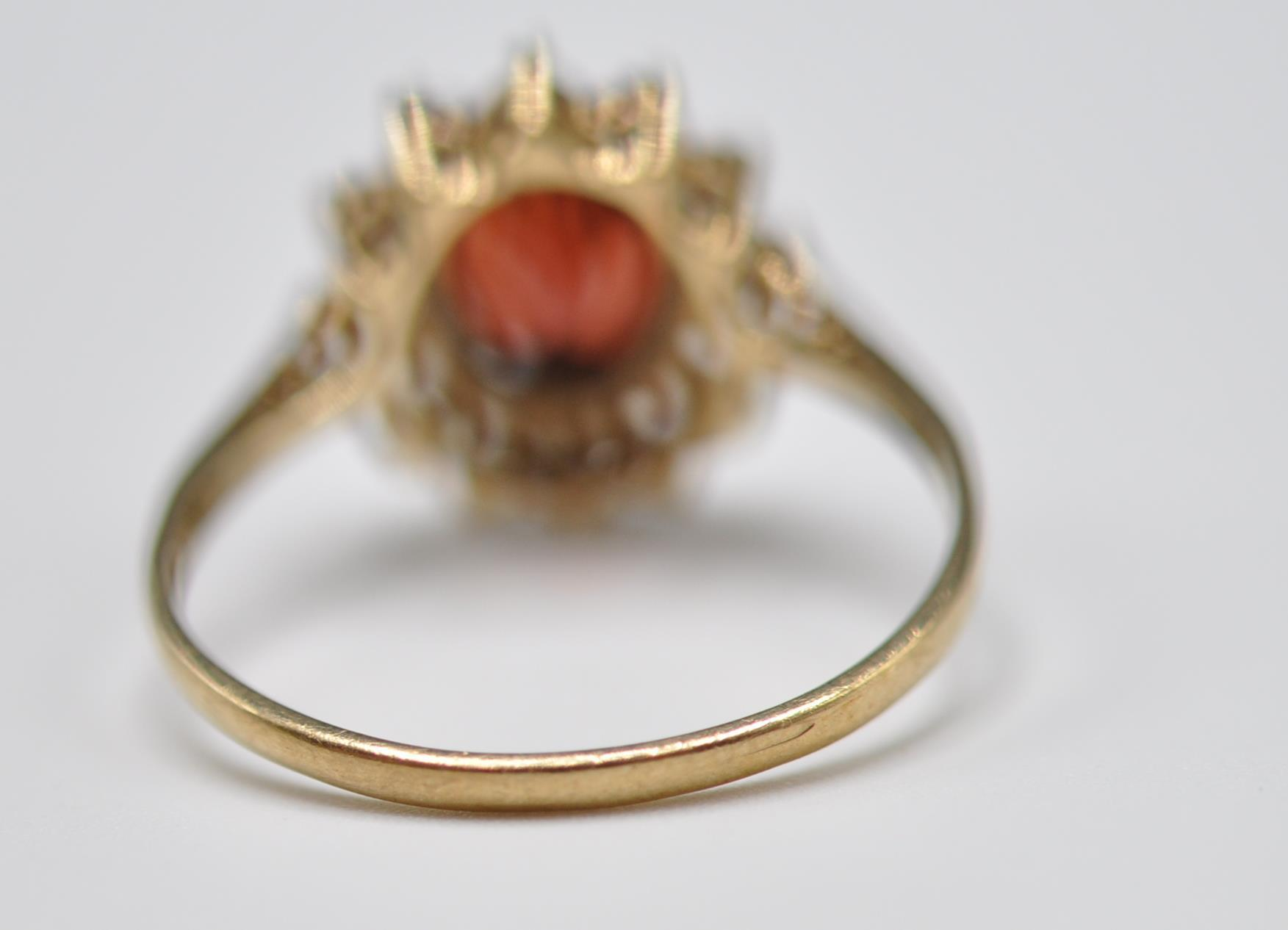 9CT GOLD RED AND WHITE STONE CLUSTER RING - Image 6 of 9