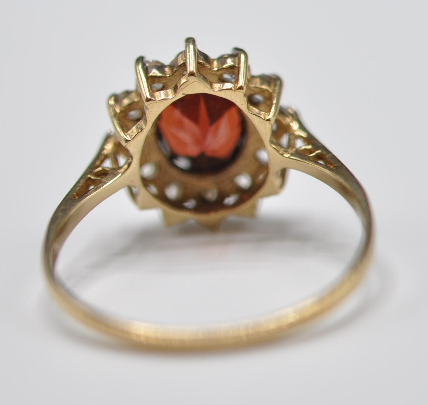 9CT GOLD RED AND WHITE STONE CLUSTER RING - Image 5 of 9