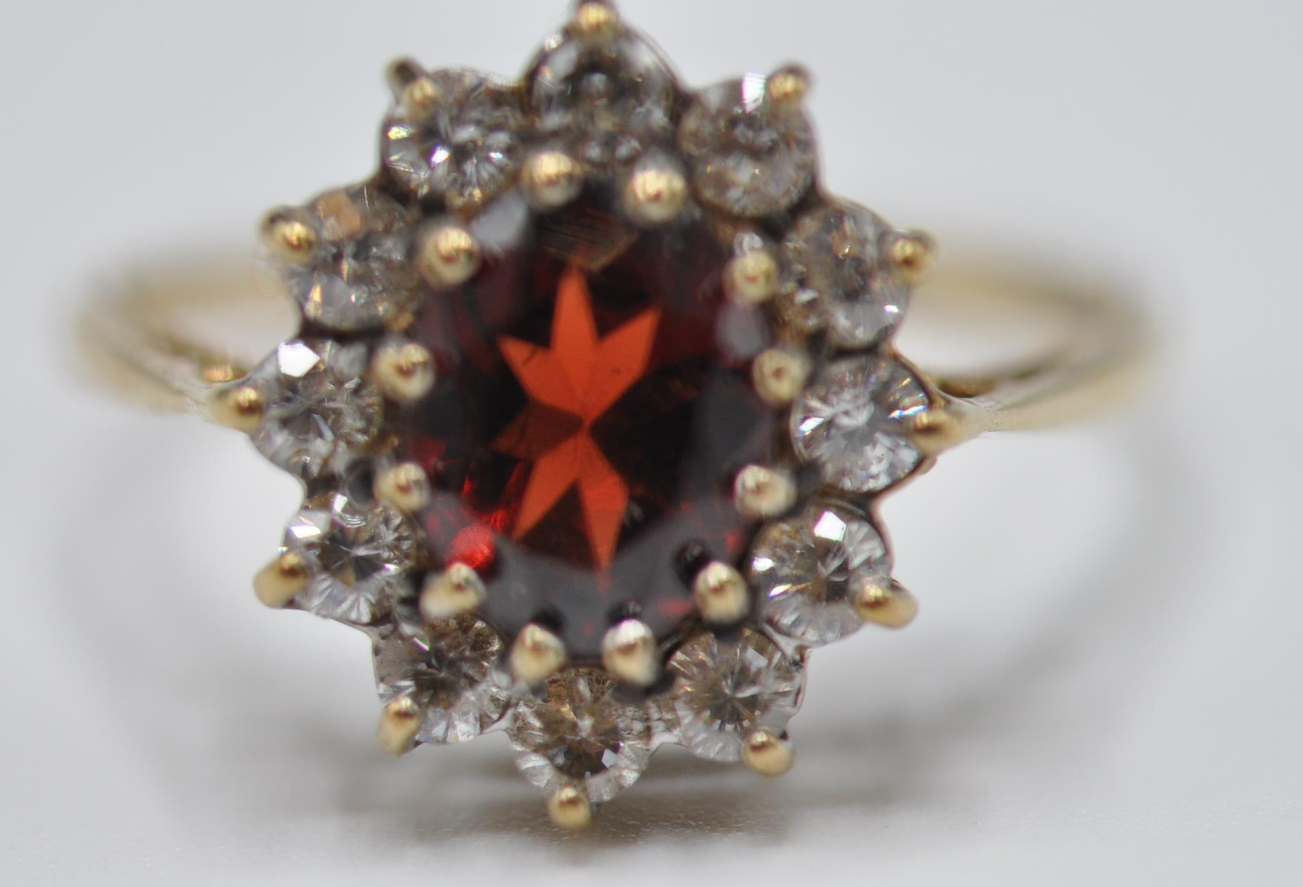9CT GOLD RED AND WHITE STONE CLUSTER RING - Image 3 of 9
