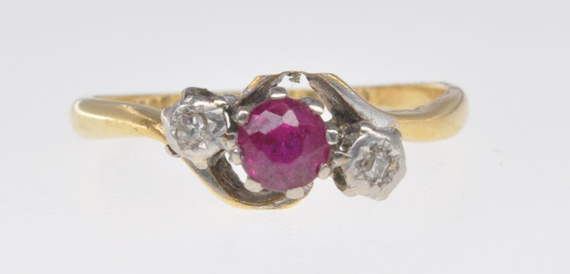 18CT GOLD RUBY AND DIAMOND RING - Image 2 of 7