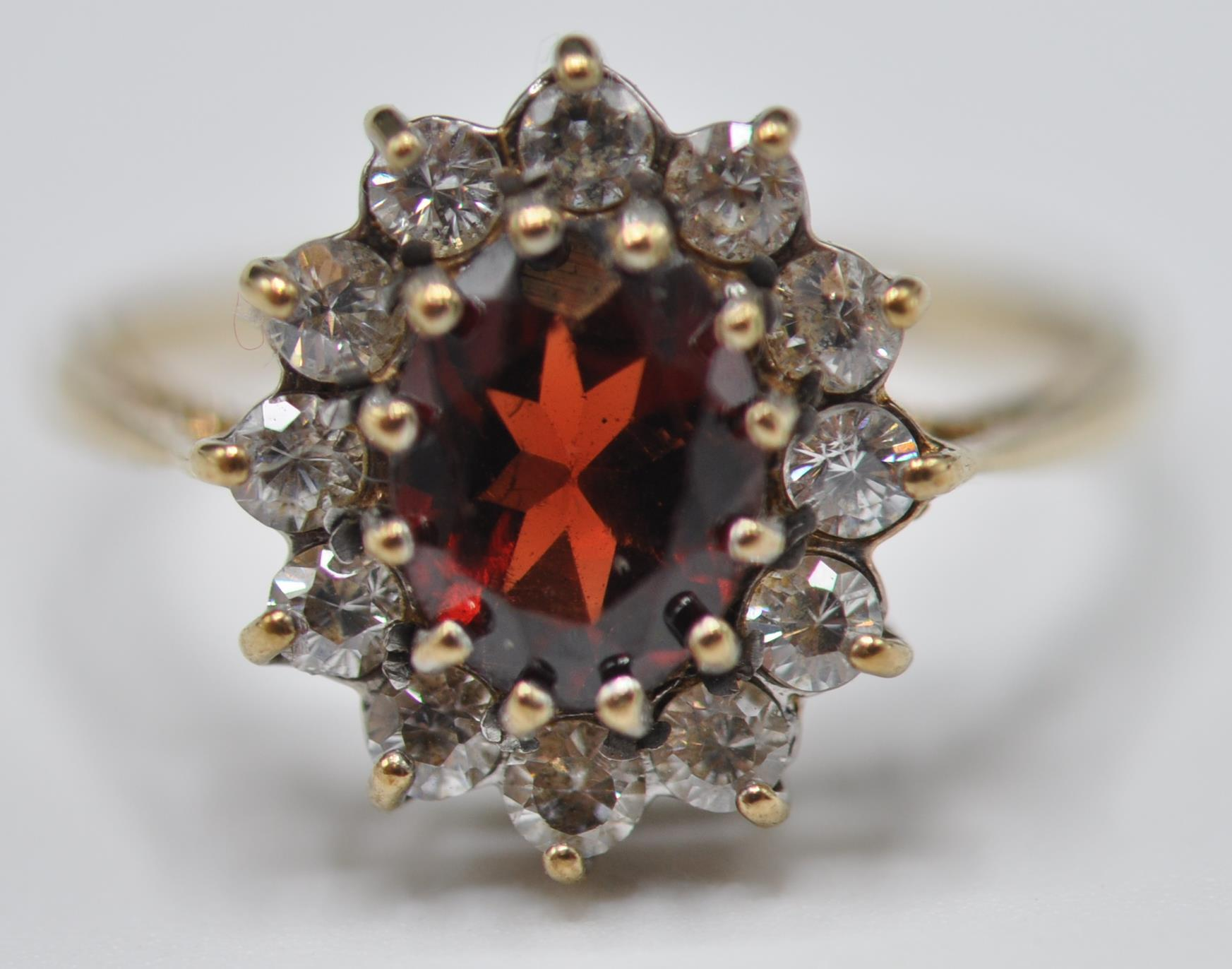 9CT GOLD RED AND WHITE STONE CLUSTER RING - Image 2 of 9