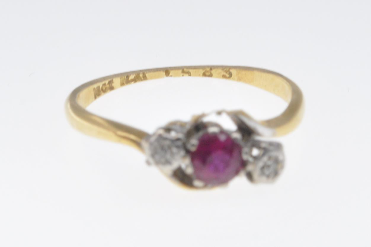 18CT GOLD RUBY AND DIAMOND RING - Image 4 of 7