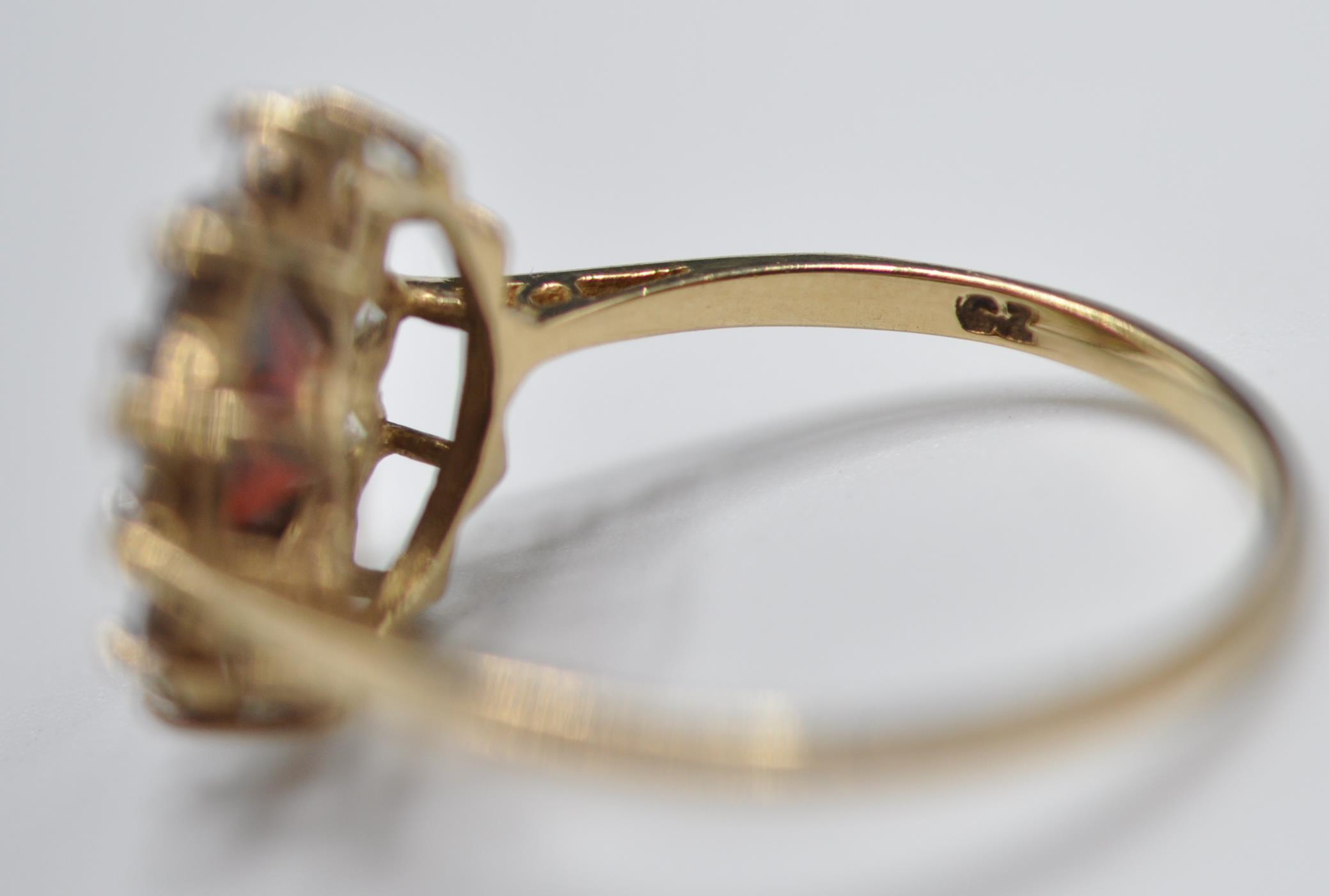 9CT GOLD RED AND WHITE STONE CLUSTER RING - Image 8 of 9