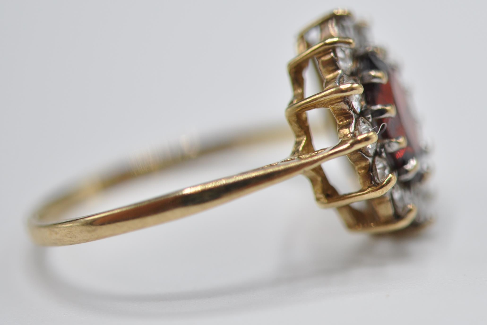 9CT GOLD RED AND WHITE STONE CLUSTER RING - Image 4 of 9