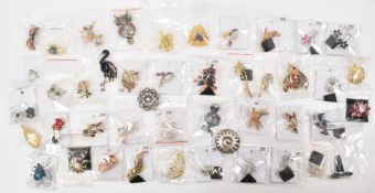 LARGE COLLECTION OF VINTAGE STYLE BROOCHES
