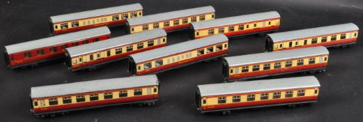COLLECTION OF X10 VINTAGE HORNBY 00 GAUGE TINPLATE CARRIAGES
