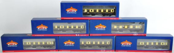 COLLECTION OF X6 BACHMANN 00 GAUGE MODEL RAILWAY CARRIAGES