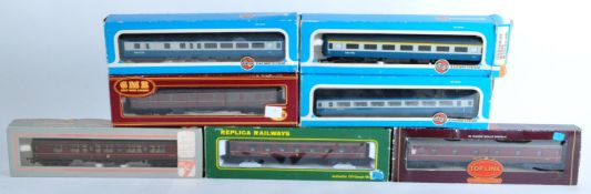 COLLECTION OF ASSORTED 00 GAUGE MODEL RAILWAY CARRIAGES