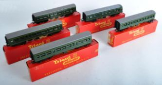 COLLECTION OF VINTAGE TRIANG 00 GAUGE MODEL RAILWAY CARRIAGES