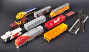 COLLECTION OF HO GAUGE AMERICAN RAILWAY TRAINSET LOCOS & WAGONS
