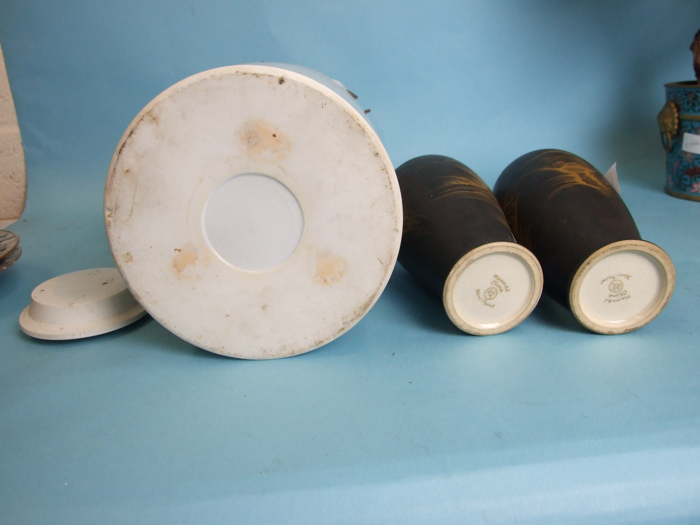 A pair of Chinese porcelain blue and white plates decorated with bamboo and poppy seed heads, 22cm - Image 7 of 8
