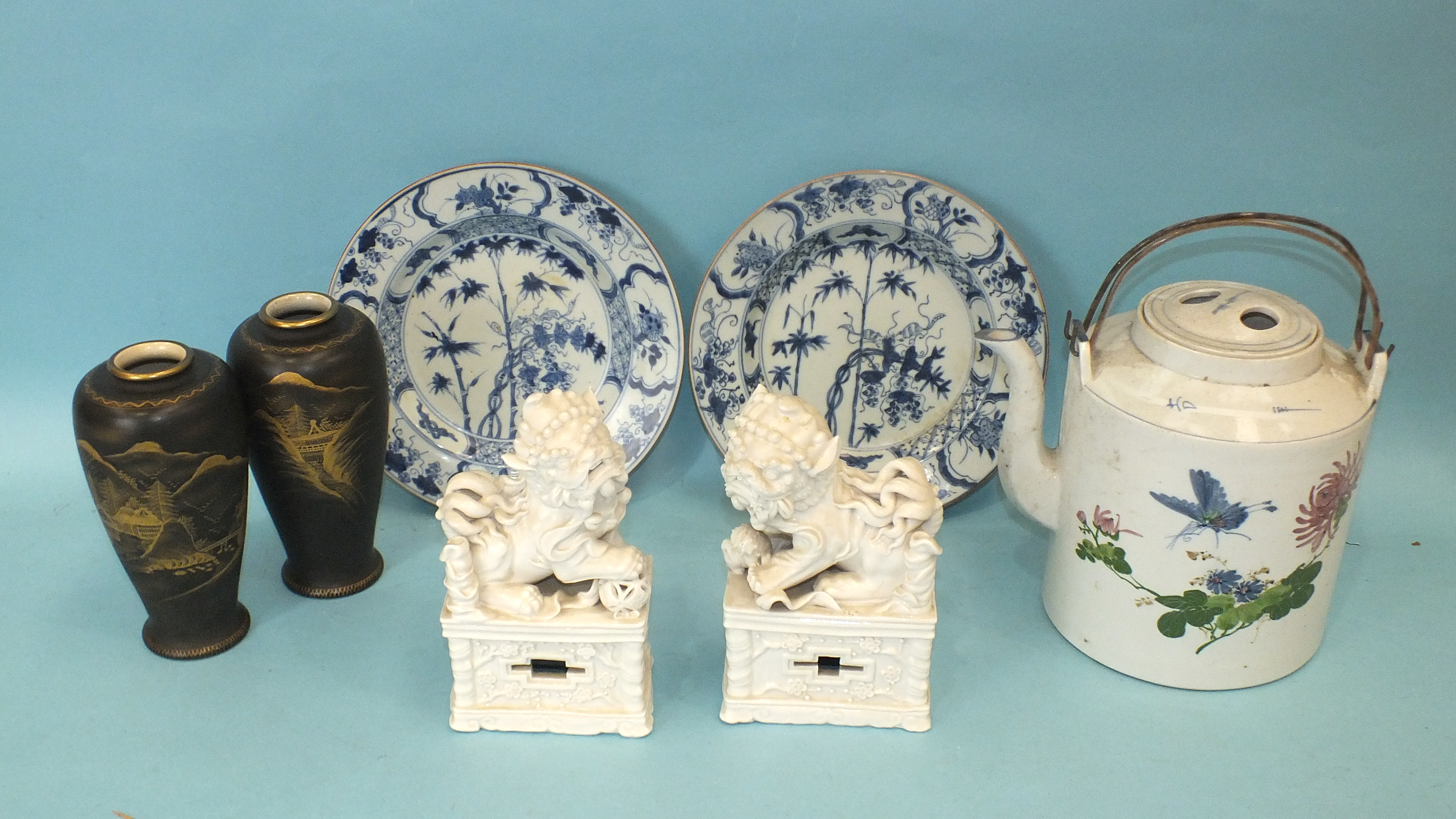A pair of Chinese porcelain blue and white plates decorated with bamboo and poppy seed heads, 22cm