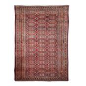Tekke-Hauptteppich. TURKMENISTAN, um 1900, 400x285 cm.Das rotbraune Mittelfeld ist dur