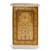 Orientteppich aus Seide. HEREKE, 159x95 cm.Das Innenfeld zeigt ein hellbeigefarbenes G