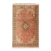 Orientteppich aus Seide. 20. Jh., 208x132 cm.Floral durchgemusterter Medaillonteppich
