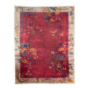 Peking Teppich, 360x275 cm.Der dunkelrot-braune Fond des Innenfeldes ist von den Ecken