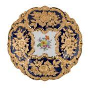 MEISSEN Prunkschale, 20. Jh..Weißporzellan mit kobaltblauer Fahne, im Spiegel feine B