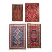 """Vier dörfliche Teppiche. PERSIEN und TÜRKEI:1 Belutsch """"Gebetsteppich"""" antik, Nordos"""