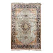 Orientteppich aus Seide. 20. Jh., 208x136 cm.Medaillonteppich mit durchgemustertem Spi