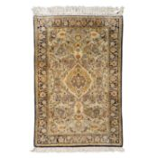 Orientteppich aus Seide. 20. Jh., 160x107 cm.Das blasstürkisfarbene Mittelfeld zeigt
