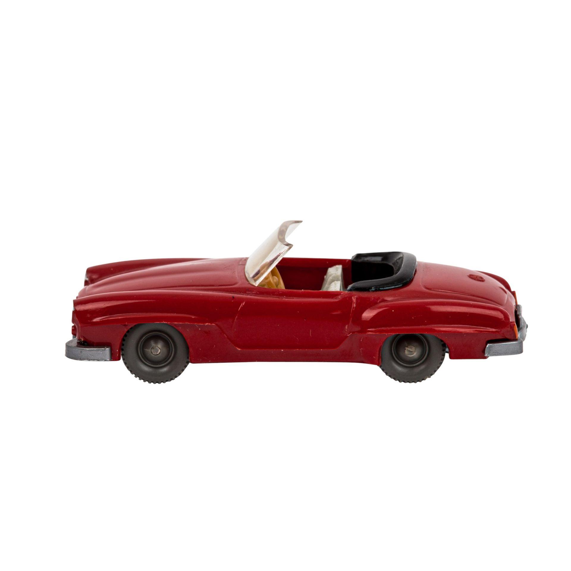 WIKING Mercedes 190 SL Cabrio, 1962-64, rote Karosserie, schwarzes Verdeck mit grauweißer - Image 2 of 5