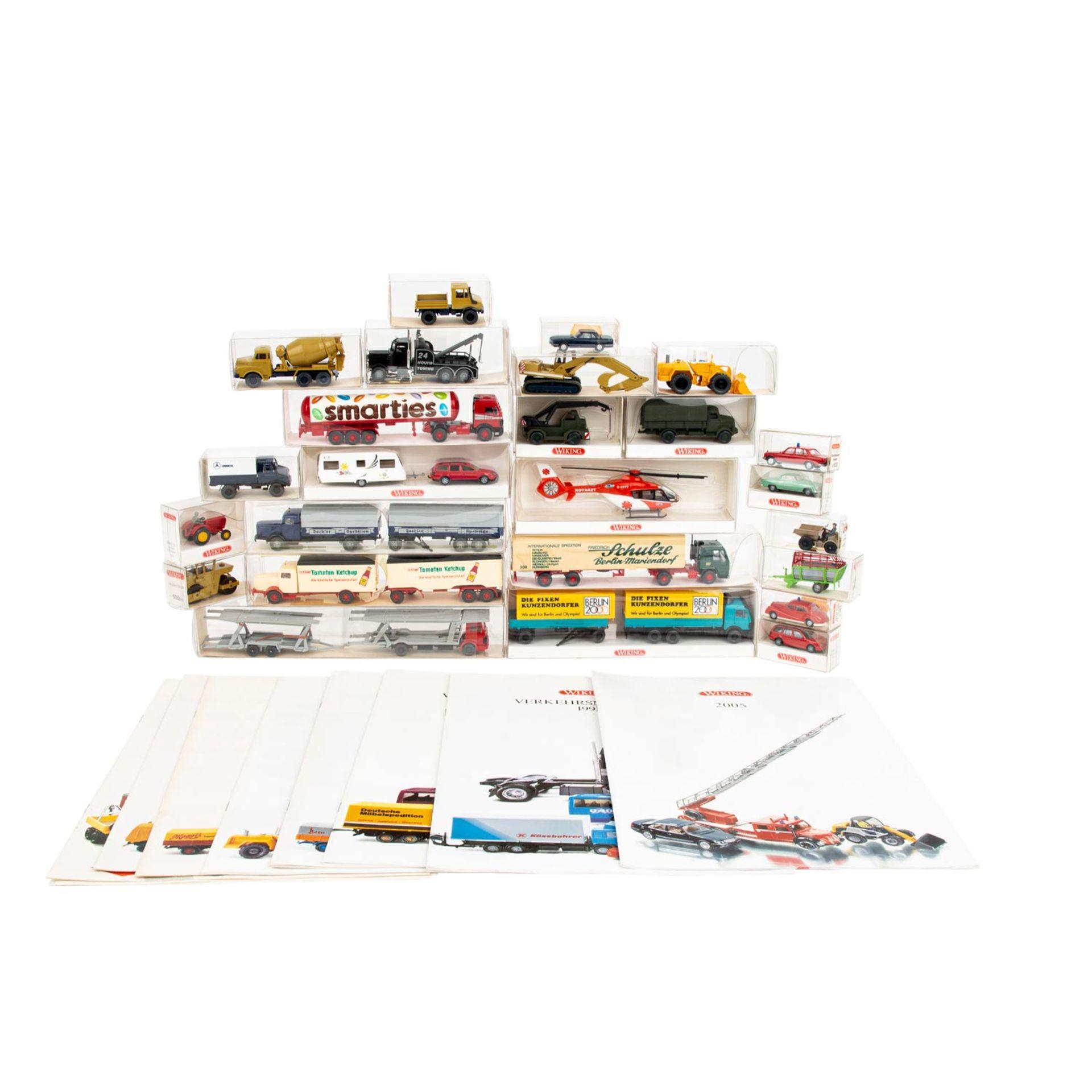 WIKING Konvolut von 25 Fahrzeugen im Maßstab 1:87,in rotem Wiking-Sammelkasten, versc