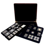 EIN TRAUM IN GOLD - Edelholzbox mit76 x Minigoldmedaille und -münze je 0,5 g rau in 5