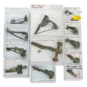 Antike Fibeln -Zusammenstellung aus 12 Fibeln. Dabei u.a. 1 x große, verzierte, spät