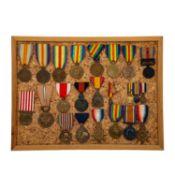 Tableau mit diversen Orden und Auszeichnungen, Schwerpunkt Alliierte des 1. Weltkriegs