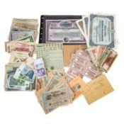 Schatzkiste historische Banknoten und Wertpapiere, darunter auch 2 x 20 D Mark und 3 x