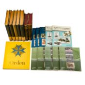 Bücherkiste, darin u.a. Zigarettenbilderalbum Orden,