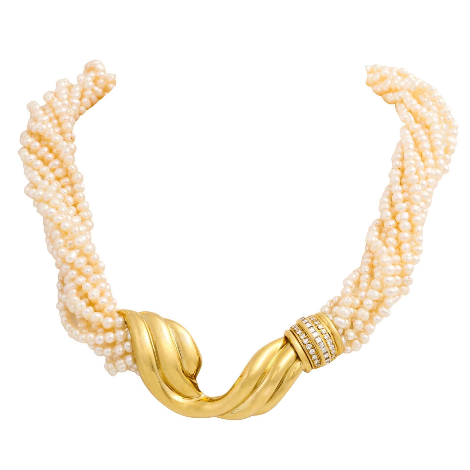 Perlencollier mit Mittelteil besetzt mit Diamanten von zus. ca. 0,45 ct, Brillant- u.