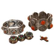 Konvolut Silberschmuck 4-teilig, best. aus 2 Armbändern mit Karneol u. Koralle (L: ca