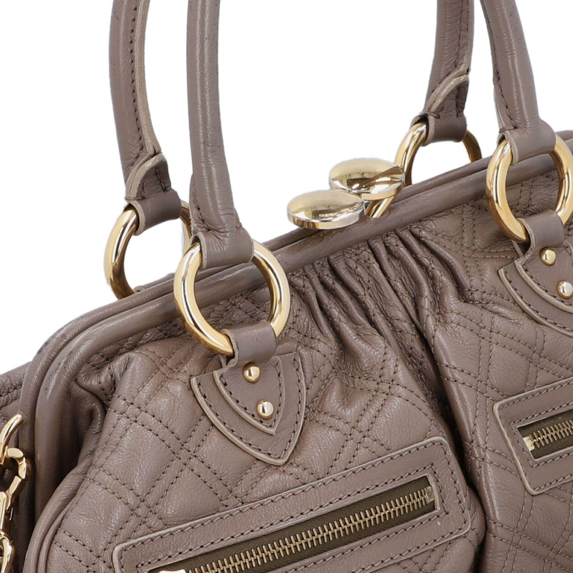 MARC JACOBS Handtasche. Leder in Elefantengrau mit goldfarbener Hardware und Rautenste - Image 8 of 8