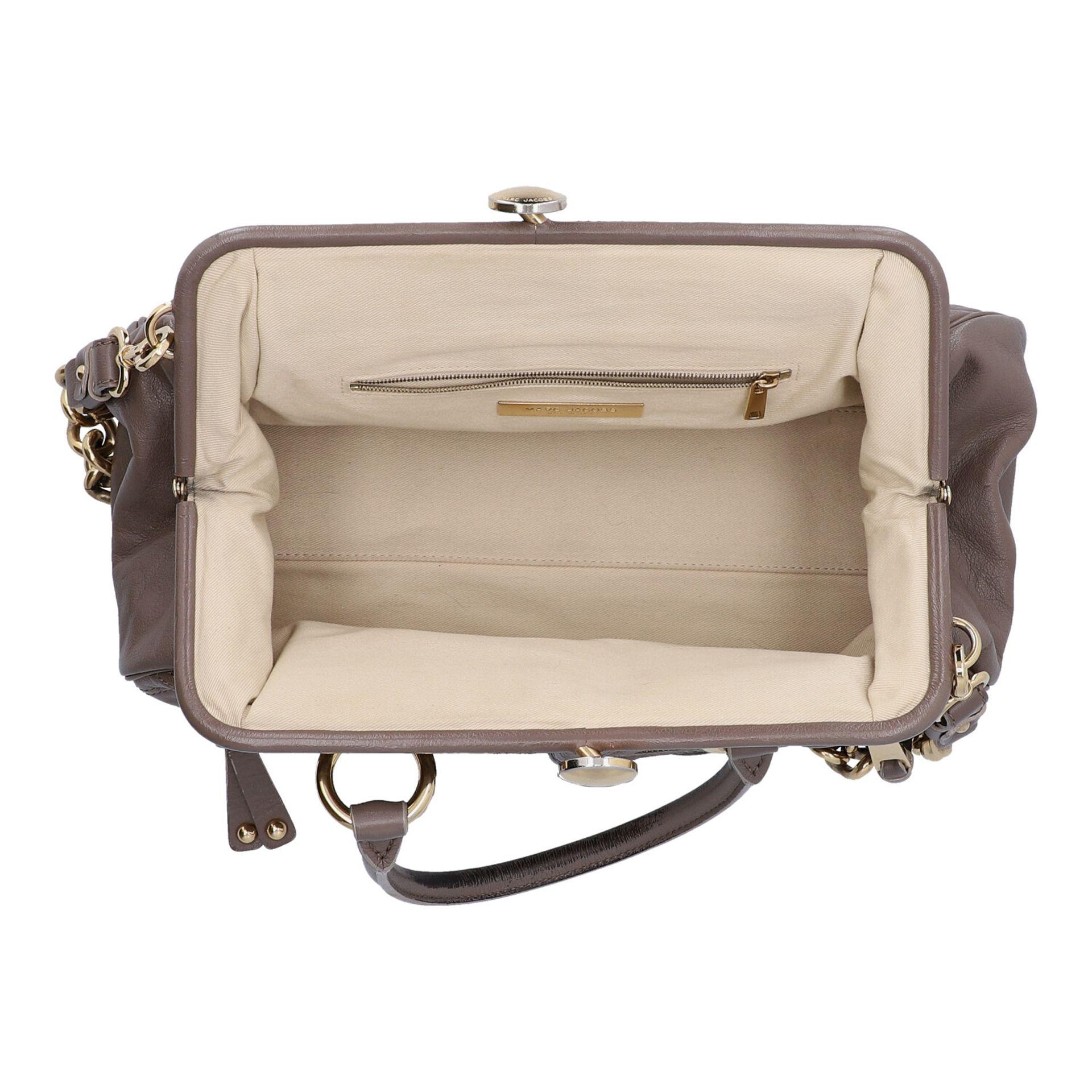 MARC JACOBS Handtasche. Leder in Elefantengrau mit goldfarbener Hardware und Rautenste - Image 6 of 8