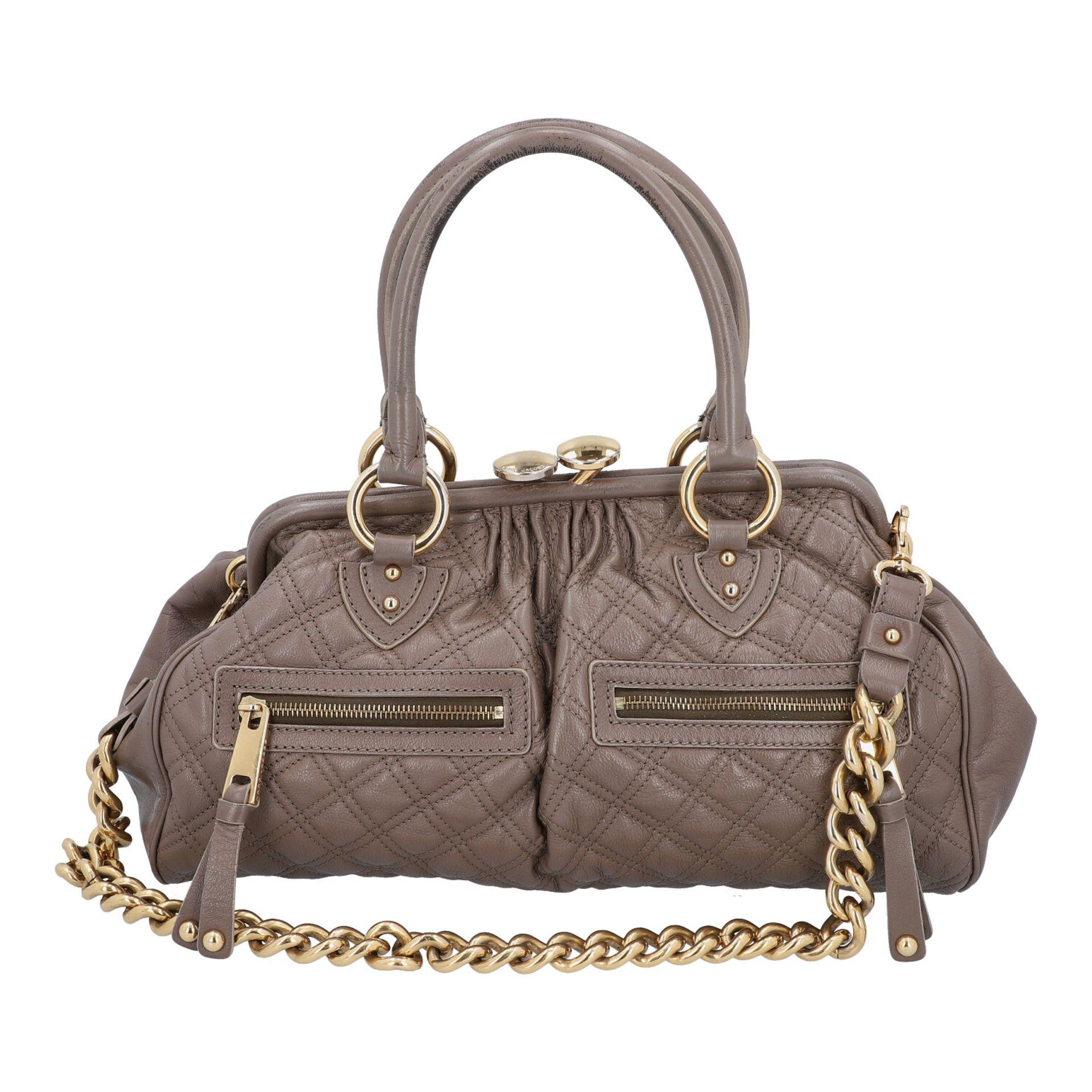 MARC JACOBS Handtasche. Leder in Elefantengrau mit goldfarbener Hardware und Rautenste