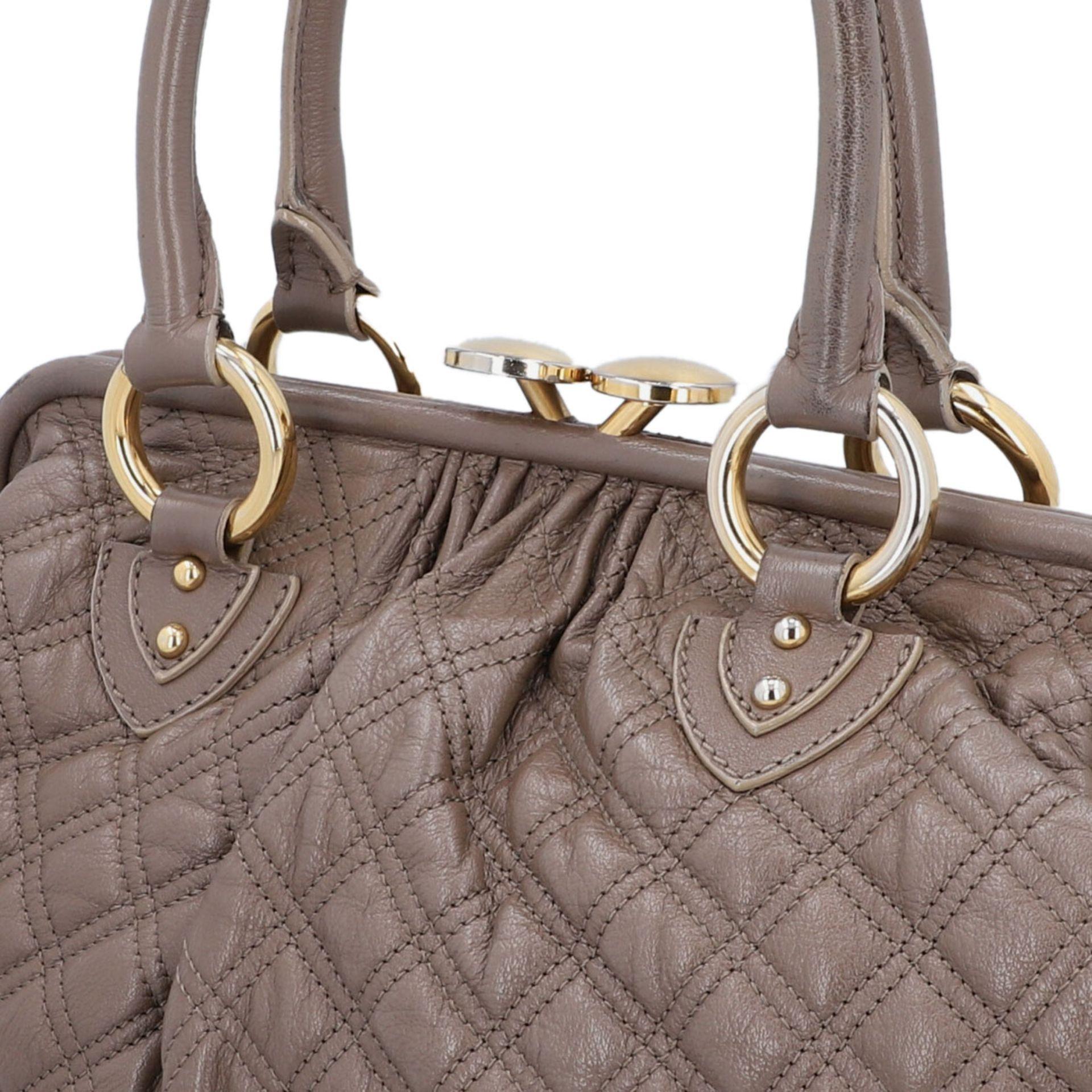 MARC JACOBS Handtasche. Leder in Elefantengrau mit goldfarbener Hardware und Rautenste - Image 7 of 8