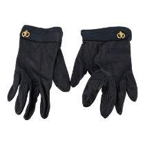 HERMÈS Handschuhe, Gr. 7,5. Softes Leder in Schwarz mit goldfarbener Hardware, Appliz
