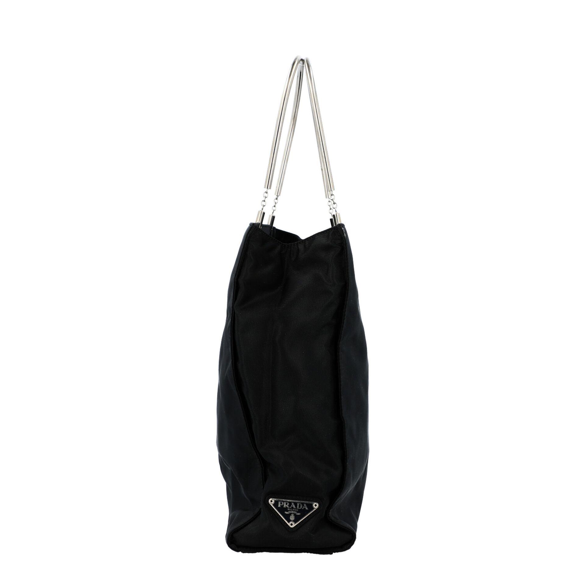 PRADA Henkeltasche. Modell aus schwarzem Nylon mit silberfarbenen Doppelhenkln aus Met - Image 3 of 7