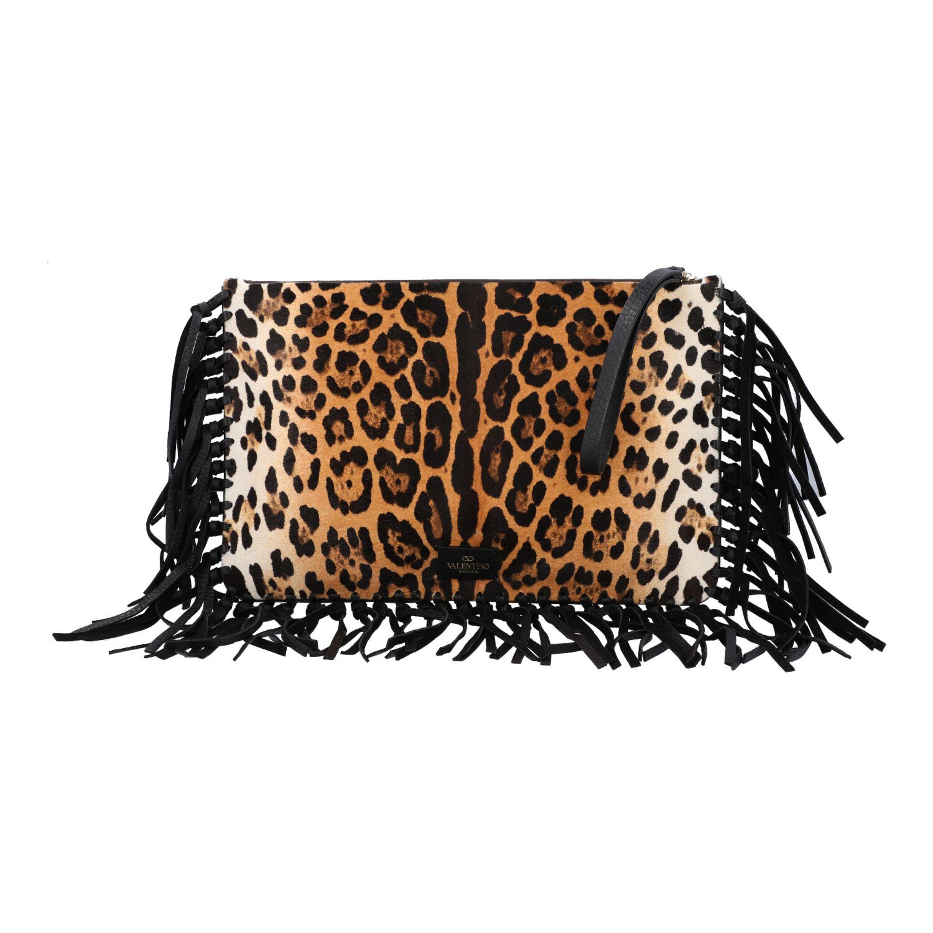 VALENTINO Clutch. Fell im Leoparden-Design mit Fransendetail an den Kanten aus schwarz