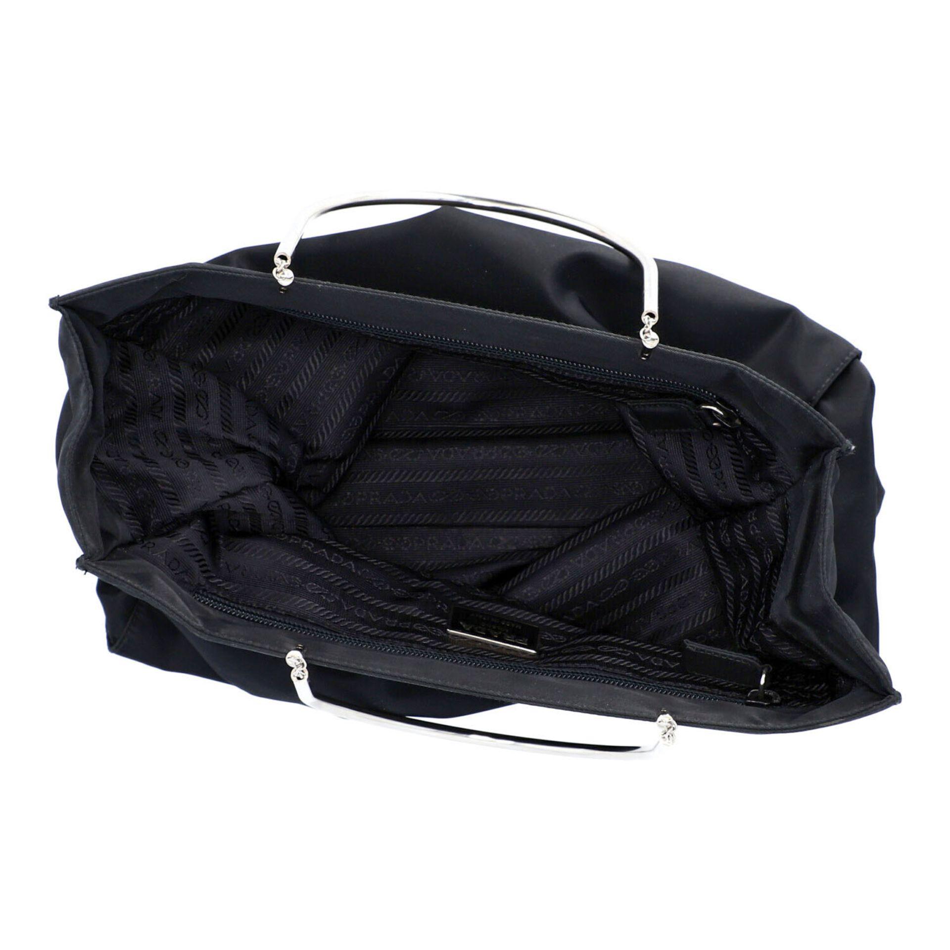 PRADA Henkeltasche. Modell aus schwarzem Nylon mit silberfarbenen Doppelhenkln aus Met - Image 6 of 7