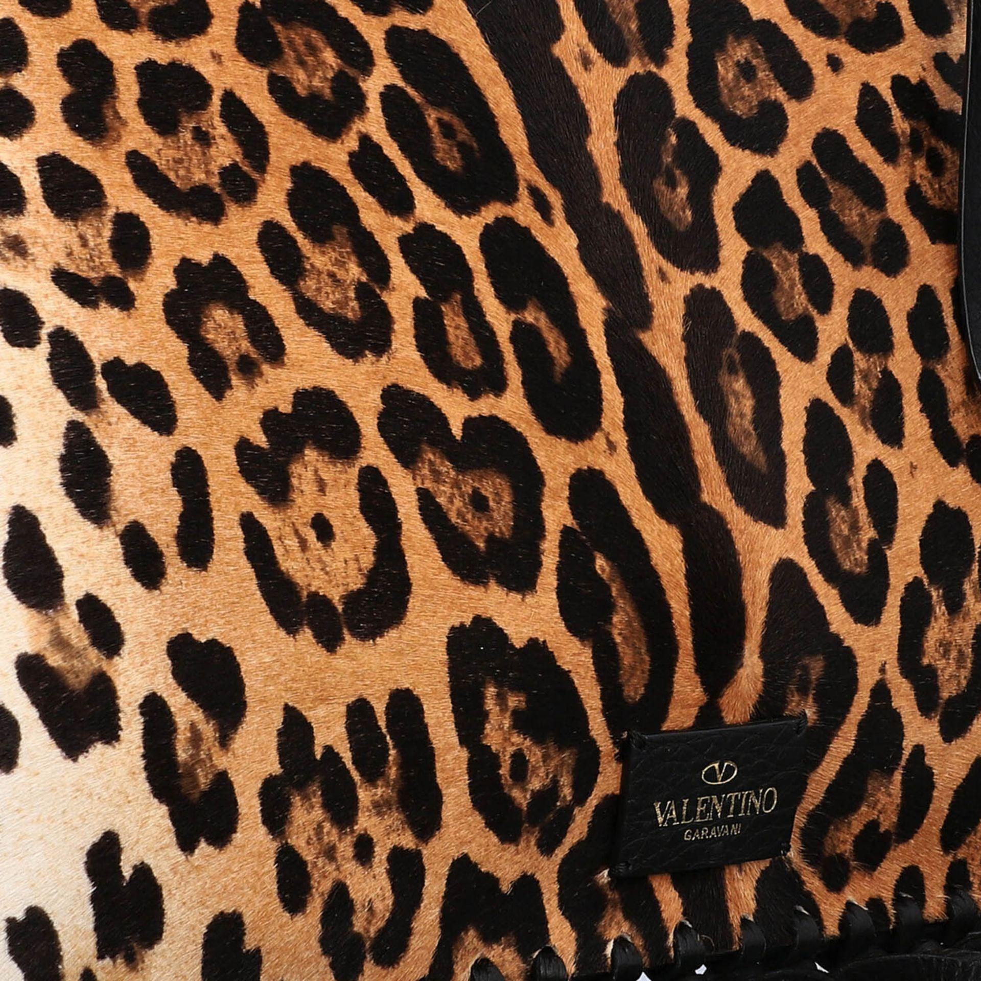 VALENTINO Clutch. Fell im Leoparden-Design mit Fransendetail an den Kanten aus schwarz - Image 8 of 8
