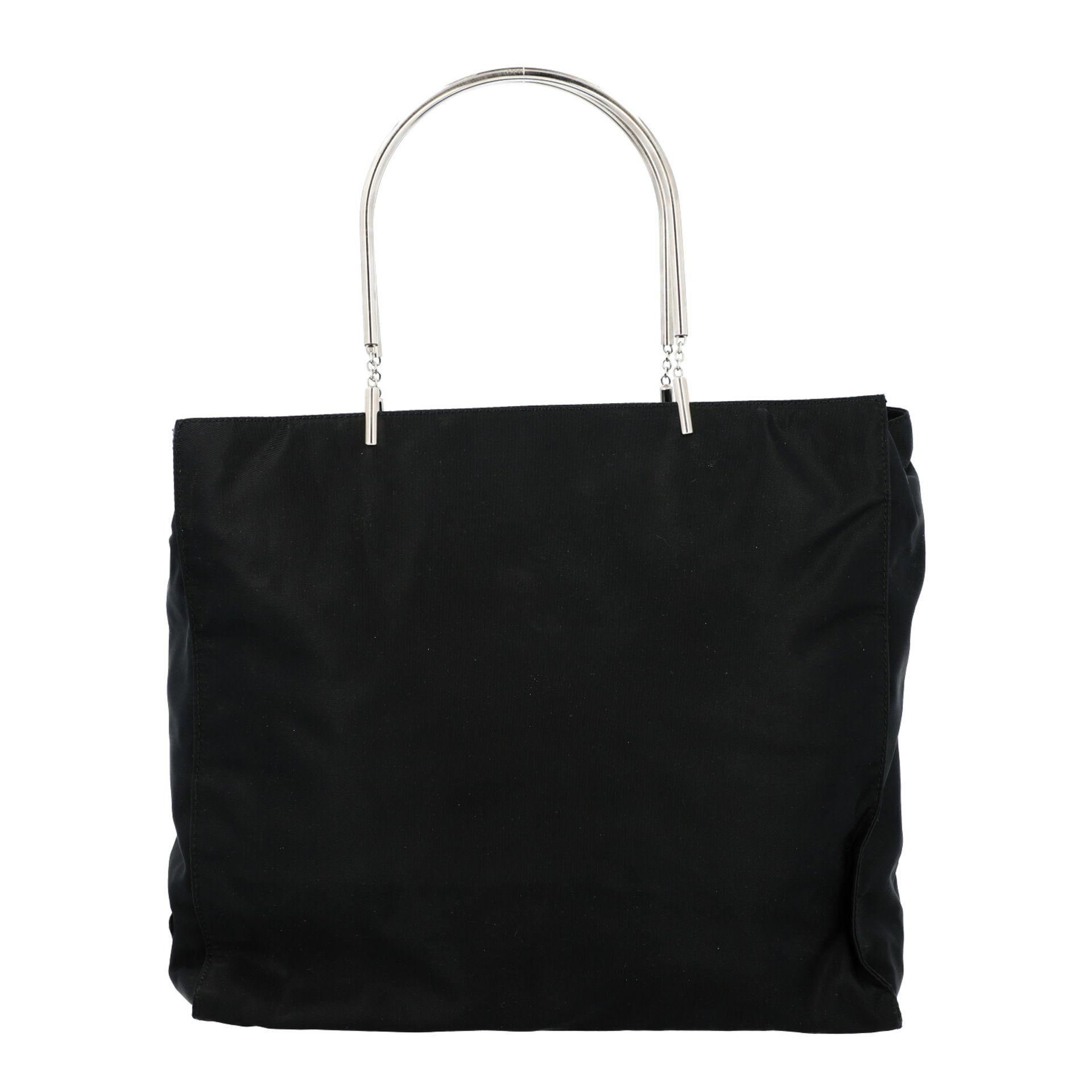 PRADA Henkeltasche. Modell aus schwarzem Nylon mit silberfarbenen Doppelhenkln aus Met